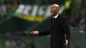 Real Madrid's French coach Zinedine Zidane shouts intructions from the sideline during the UEFA Champions League football match Sporting CP vs Real Madrid CF at the Jose Alvalade stadium in Lisbon on November 22, 2016. / AFP / FRANCISCO LEONG        (Photo credit should read FRANCISCO LEONG/AFP/Getty Images)